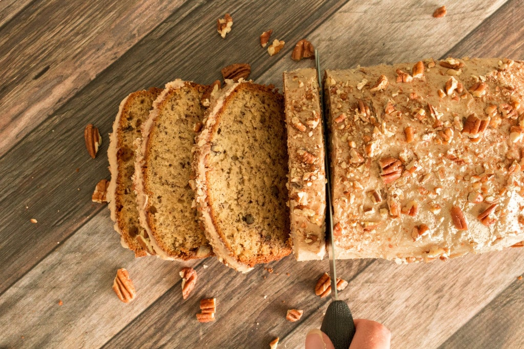 The ultimate gluten free banana bread with browned butter, toasted pecans, and maple glaze! #glutenfree #glutenfreebananabread #glutenfreerecipes